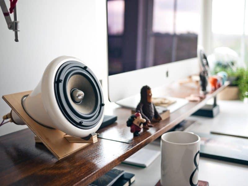 speaker-desk-podcast-800x600-9644093