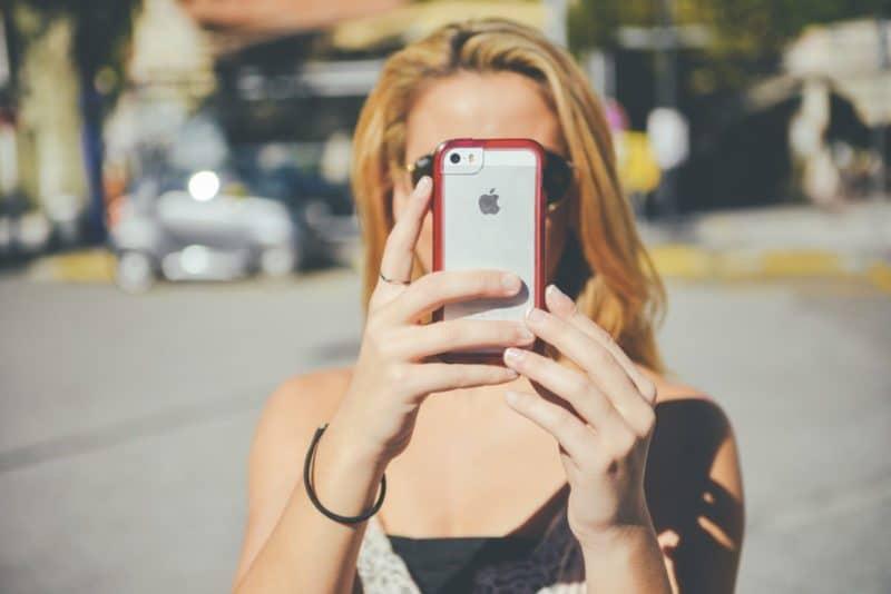mujer-tomando-foto-con-iphone-800x534-2223964