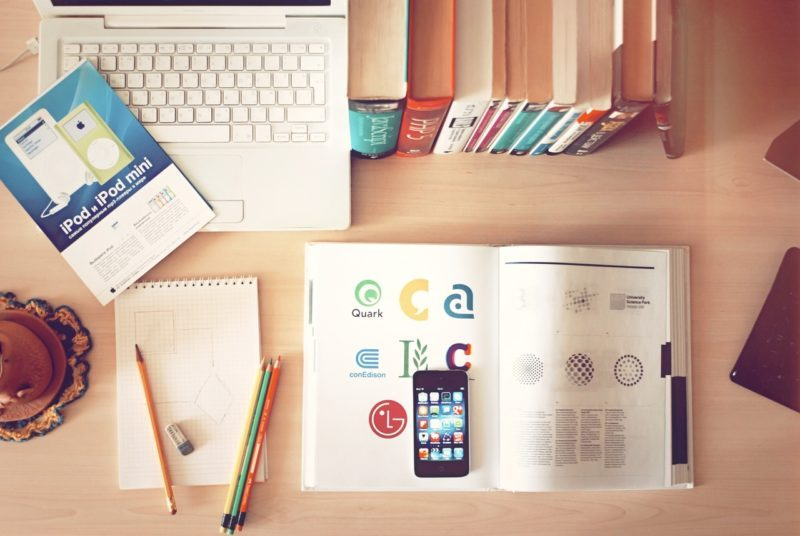 apple-iphone-books-desk-800x536-6714310